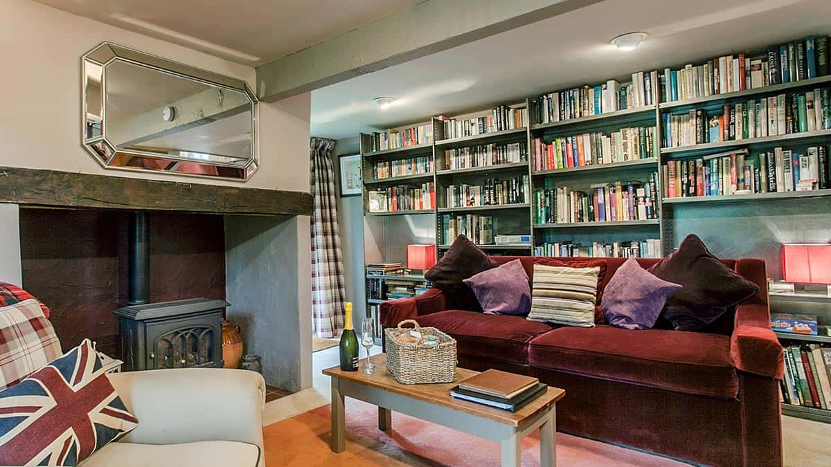Book-shelves-at-The-Bothy