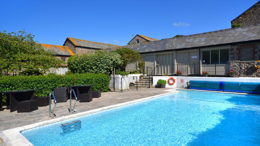 Court-Barton-swimming-pool