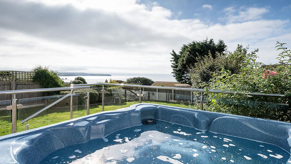 curlews-hot-tub-overlooking-bigbury-bay